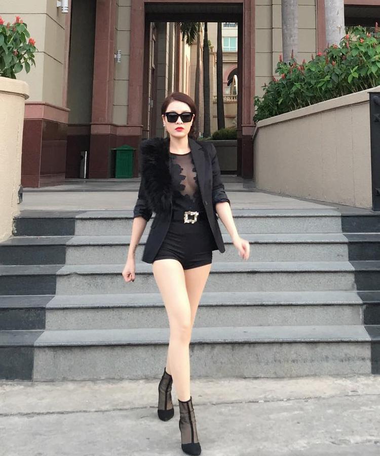 Nữ ca sĩ phát huy thế mạnh hình thể bằng những mẫu trang phục cá tính nhưng vẫn gợi cảm với đôi chân dài miên man, áo xuyên thấu khoe khéo vòng 1.