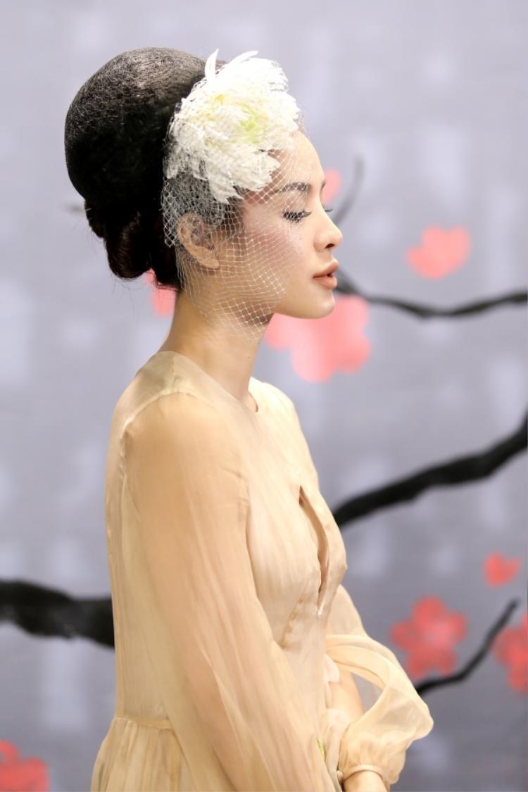 Và đặc biệt phong cách cài hoa của Hồng Nhung cũng đượcPhương Trinh Jolie tiếp thu triệt để.