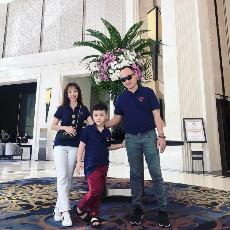 Diện áo đồng phục gia đình, Thu Trang, Tiến Luật cùng con trai trông thật hạnh phúc, viên mãn. Cả nhà đều rất biết cách chắm chút vẻ bề ngoài, toát lên được sự ấm cúng, gắn bó khiến ai cũng phải ganh tỵ.