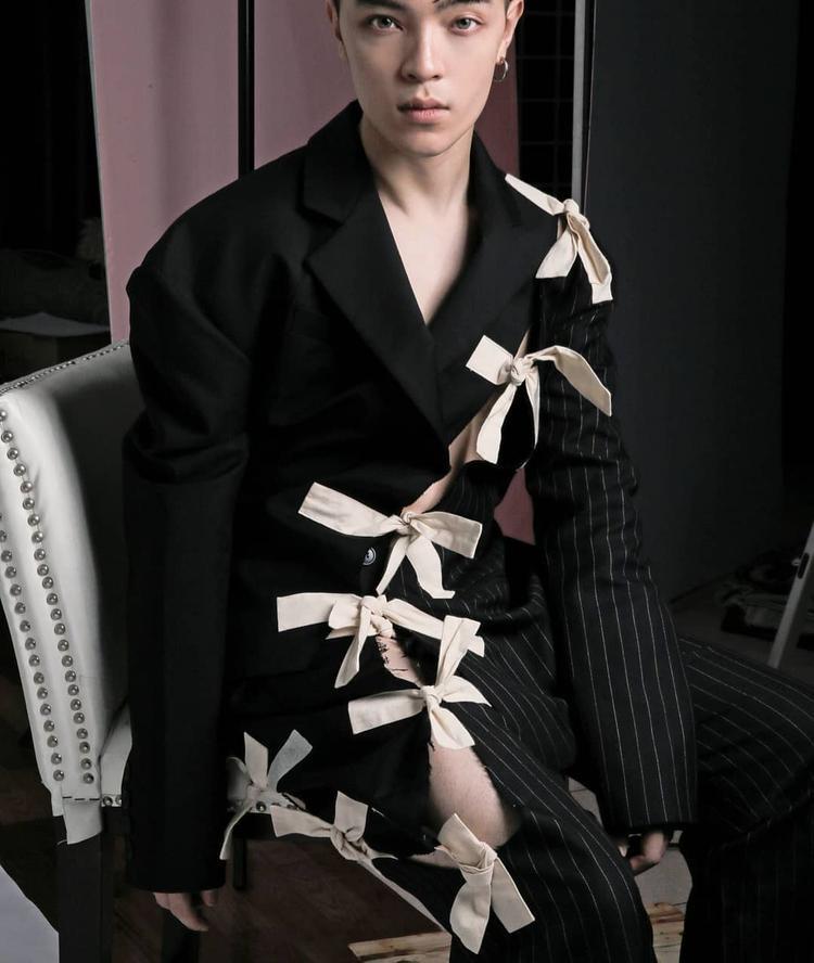 Chiếc áo vest lạ mắt kết nơ đến từ thương hiệu Jacquemus mà Kelbin đang diện thực chất là một sản phẩm dành cho nữ, nhưng với cách phối tài tình, anh chàng stylist đã khéo léo đem đến vẻ ngoài hoàn hảo, chẳng hề nữ tính chút nào.