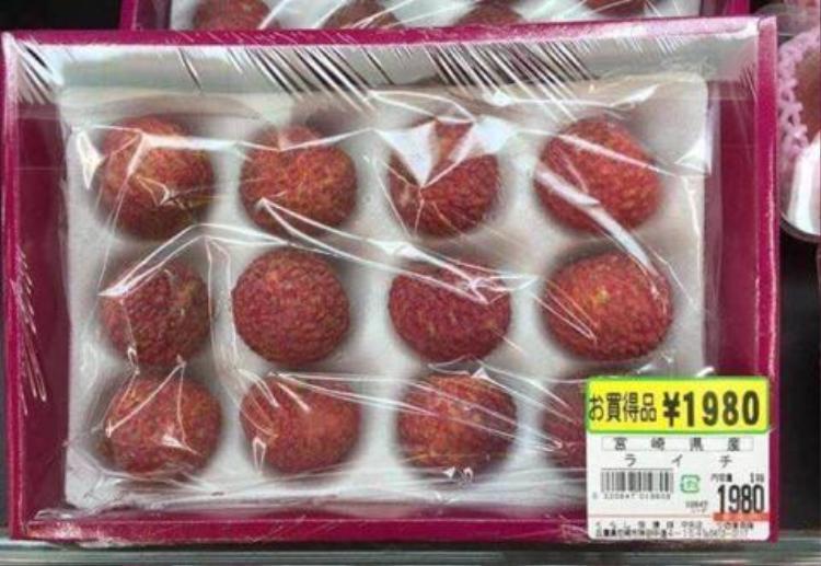Hay một khay vải thiểu gồm 12 quả được bày bán tại siêu thị Nhật Bản với giá 1.980 yên, quy ra tiền Việt Nam khoảng 423 nghìn đồng.