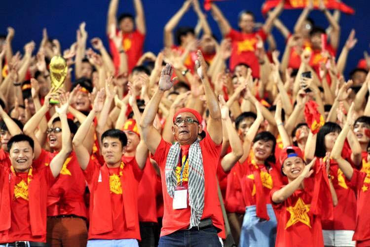 Ông Trần Hữu Nghĩa (giữa) - Chủ tịch Hội CĐV bóng đá Việt Nam.Ảnh: Tuân Phạm