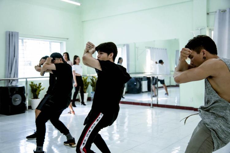 Hình ảnh Noo Phước Thịnh tại phòng tập.