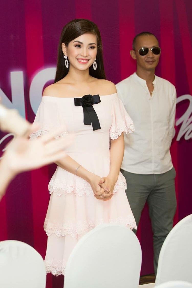 Nếu như Hương Tràm hay Hoàng Yến Chibi tạo được sức hút bởi sự dễ thương thì á hậu Diễm Trang lại mang đến vẻ rạng ngời, nữ tính của một người phụ nữ đẹp mặn mà. Nét quyến rũ, cuốn hút của cô vô cùng phù hợp khi chọn diện thiết kế này.