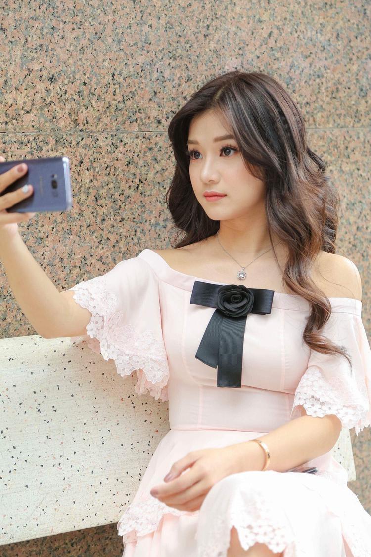 Nhiều khán giả nhận định, bộ váy như được làm ra cho Hoàng Yến vậy, trông cô nàng duyên dáng, thanh tao quá đỗi.