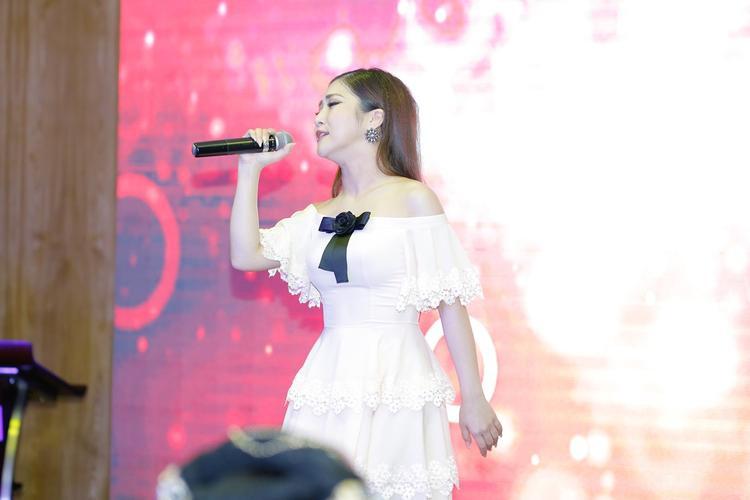 Đây cũng là bộ cánh cô chọn khi thể hiện một ca khúc trên sân khấu sự kiện hôm đó.
