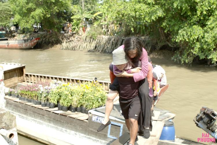 Sau khi gặp chấn thương nặng, Ngô Thanh Vân được đưa lên bờ để sơ cấp cứu.