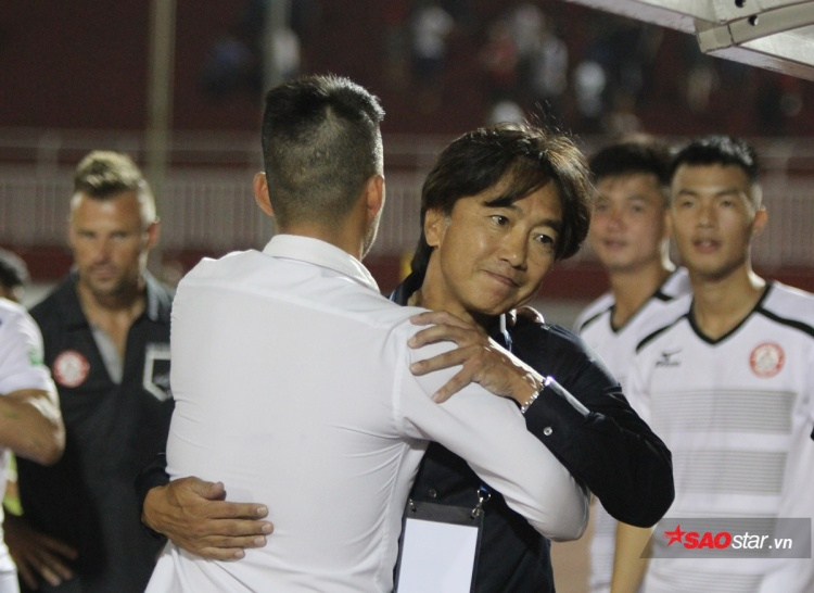 Công Vinh và HLV Miura ăn mừng chiến thắng. Ảnh: Lê Phong