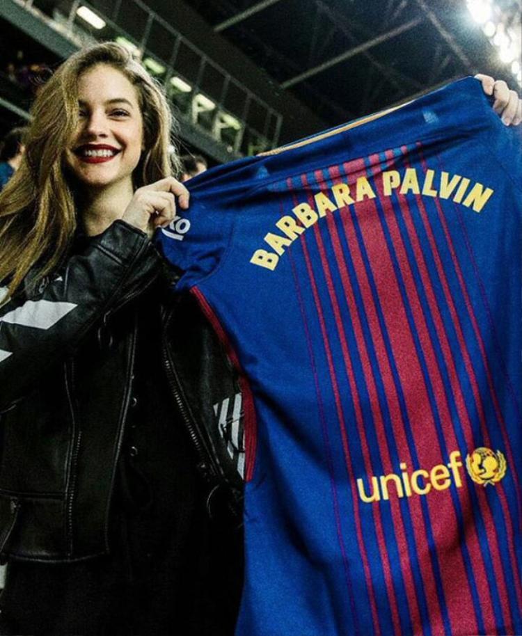 Barbara Palvin khoe việc được Chủ tịch Barca tặng áo.