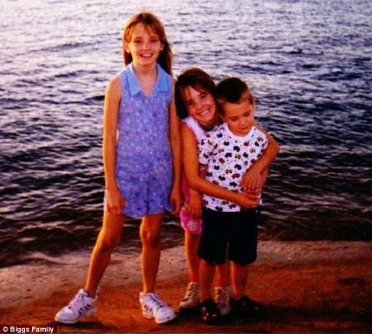 Em gái củaMikelle - Kimber là người cuối cùng tiếp xúc cô bé vào năm 1999 khi đang cùng nhau chơi bên ngoài nhà. Ảnh: Biggs Family