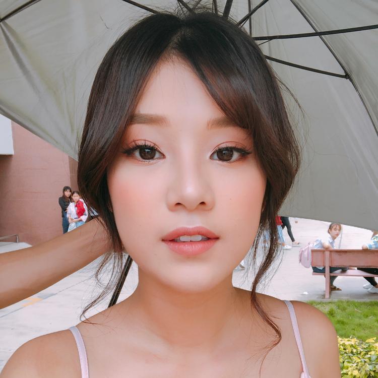 """Đôi môi được đánh một lớp son nude với mái tóc uốn xoăn, """"Phương Phan Rí"""" vô cùng đáng yêu."""
