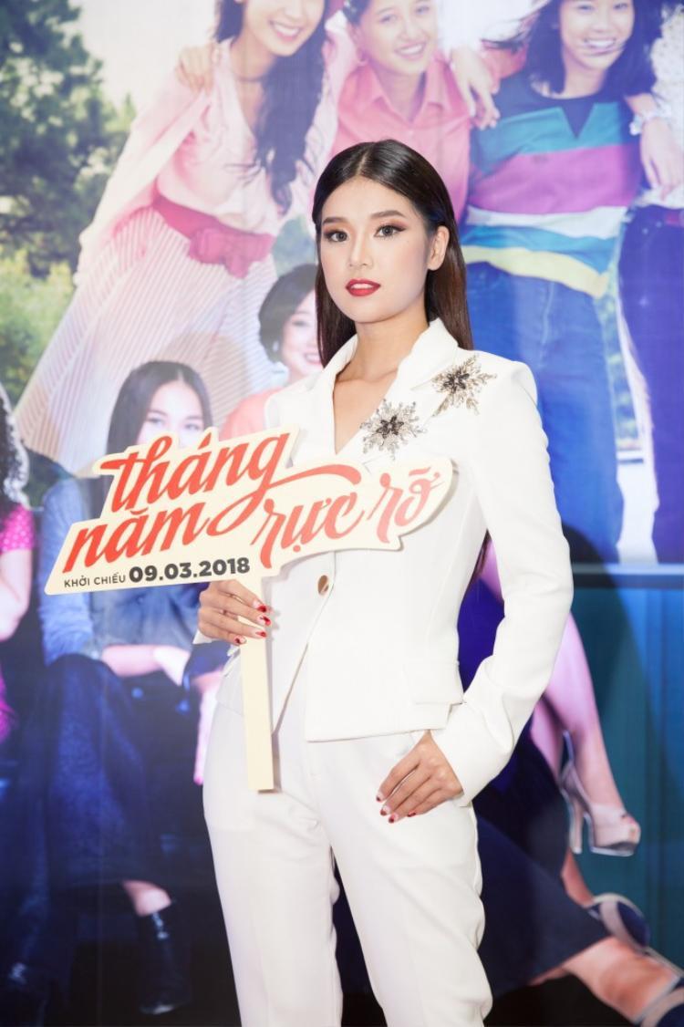 """Trong một sự kiện ra mắt cho bộ phim """"Tháng năm rực rỡ"""", Hoàng Yến diện trang phục khá chững chạc với vest đính đá theo phong cách menswear."""