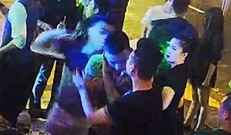 Hình ảnh từ camera của quán bar cho thấy PV đãbị đánh liên tục vào mặt.