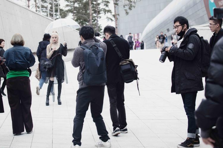 Sự xuất hiện của Fung La trên đường phố Seoul vào ngày hôm nay đã nhận được sự quan tâm đặc biệt của các nhiếp ảnh gia cũng như du khách ngoại quốc, đặc biệt là Nhật Bản.