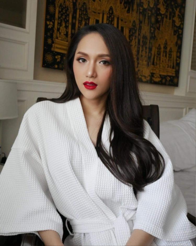 Chẳng cần váy áo cầu kỳ, hoa hậu Hương Giang vẫn đẹp hết phần thiên hạ khi khoác áo choàng tắm cùng mái tóc dài tự nhiên.