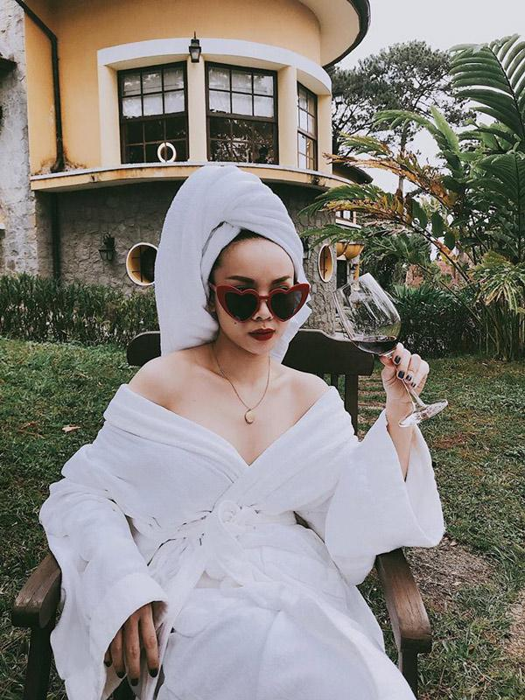 Yến Trang quả rất xứng đáng với danh hiệu fashion icon hàng đầu, nữ ca sĩ nhanh chóng tậu cho mình kiểu mắt kính trái tim rồi pose một dáng sang chảnh thế này đây.