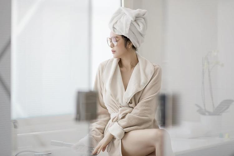 Trước đó, Lý Nhã Kỳ cũng từng khiến công chúng phải trầm trồ vì nhan sắc khi mặc trang phục đơn giản này. Có thể nói, cô không hề thua kém bất kì đàn em nào trong cuộc đua xu hướng thời trang áo choàng tắm.