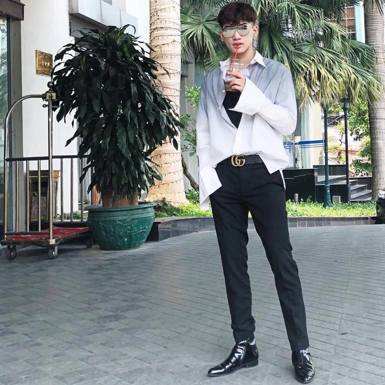 Gu thời trang của Ali Hoàng Dương ngày càng được nhiều người đánh giá cao bởi độ bắt trend. Quán quân Giọng hát Việt 2017 sở hữu cho mình nhiều items hàng hiệu đắt giá. Đơn cử như áo sơ mi ombrey YSL, thắt lưng Gucci cùng giày Dolce & Gabbana trong set đồ này.
