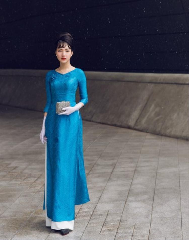"""""""May mắn được tham dự tuần lễ thời trang Seoul, tôi muốn mang những vẻ dẹp của văn hoá Việt Nam quảng bá đến bạn bè quốc tế. Lãnh Mỹ A là chất liệu đậm chất Việt nhưng có nguy cơ thất truyền, cũng là nét văn hoá ấn tượng của người Việt mà tôi mang đến Seoul Fashion Week"""", Ngọc Trân tiết lộ."""