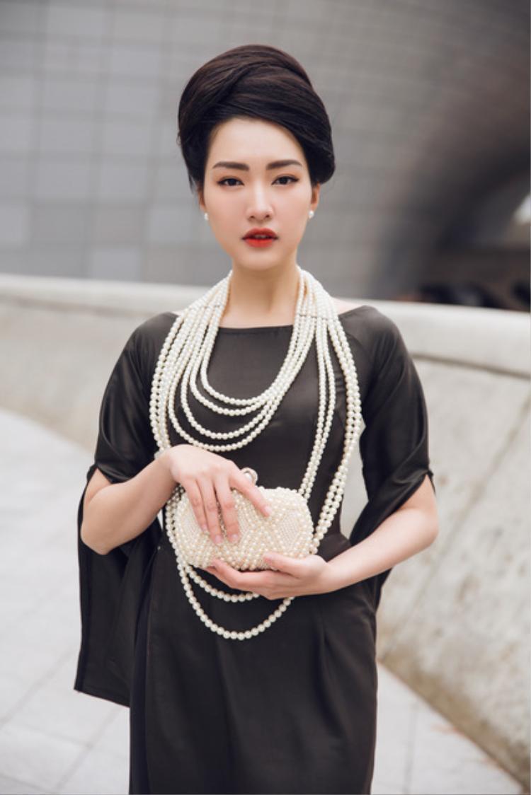 Trước đó, trong ngày thứ 2, người đẹp diện áo dài tím đậm chất Huế đã nhận nhiều lời khen từ các chuyên gia thời trang.