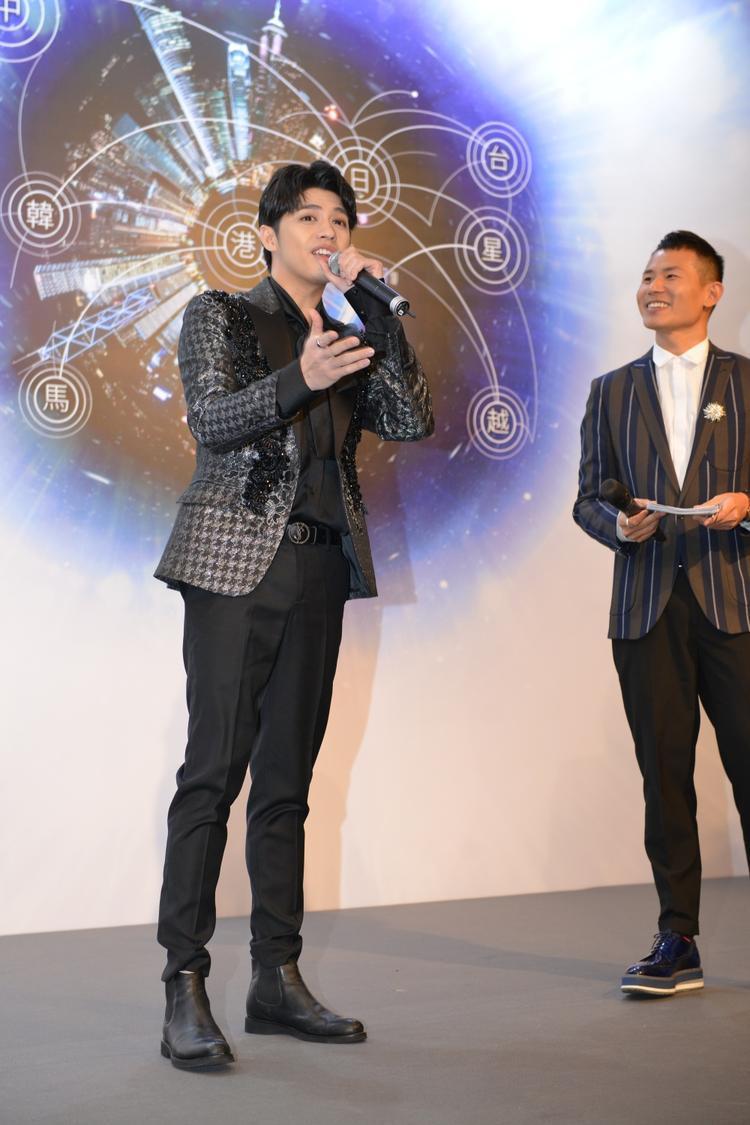 Noo Phước Thịnh đẹp trai ngời ngời, nói tiếng Anh trôi chảy trước nghệ sĩ quốc tế