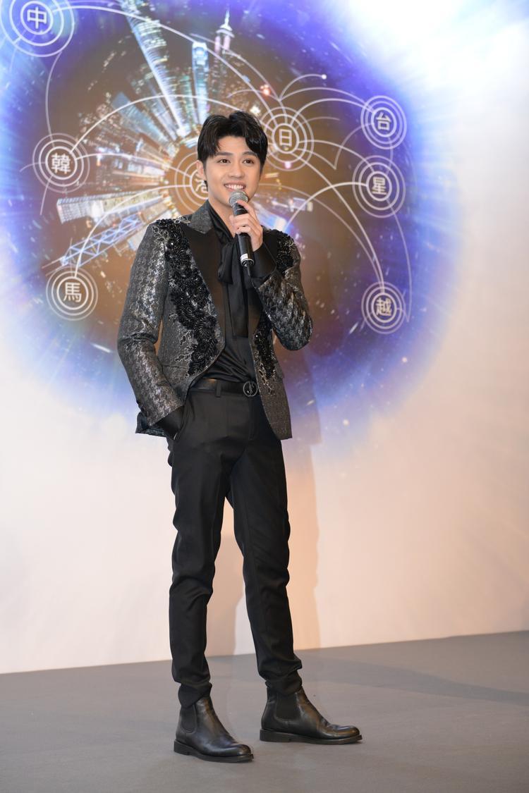 """Bật mí về phần trình diễn của mình, anh cho biết: """"Lần biểu diễn ở Hong Kong lần này sẽ trình diễn 2 ca khúc, với phần vũ đạo được lên ý tưởng từ 3 biên đạo kì cựu. Phần nhạc của ca khúc được xây dựng bởi những bậc thầy phù thủy âm nhạc của thị trường nhạc Việt hiện tại""""."""