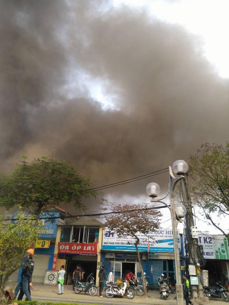 Cháy xưởng tôn ở Hà Nội. Ảnh: Phung Dinh Manh.