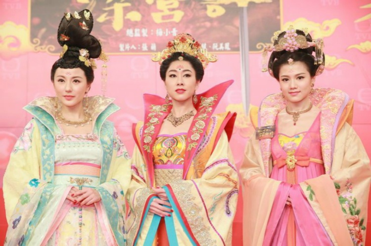 Trang phục đầy màu sắc với các họa tiết trên vải.