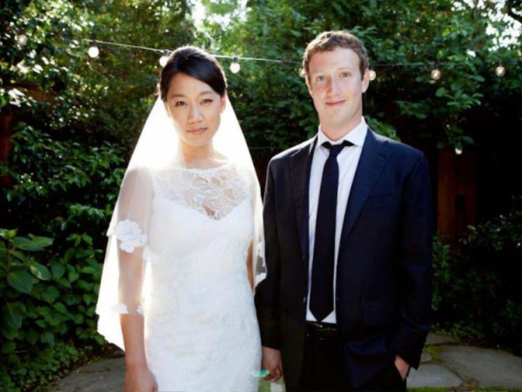 Ảnh cưới đơn giản từng gây sốt vì số lượng lượt nhấn like trên Facebook của Priscilla Chan và Mark Zuckerberg.