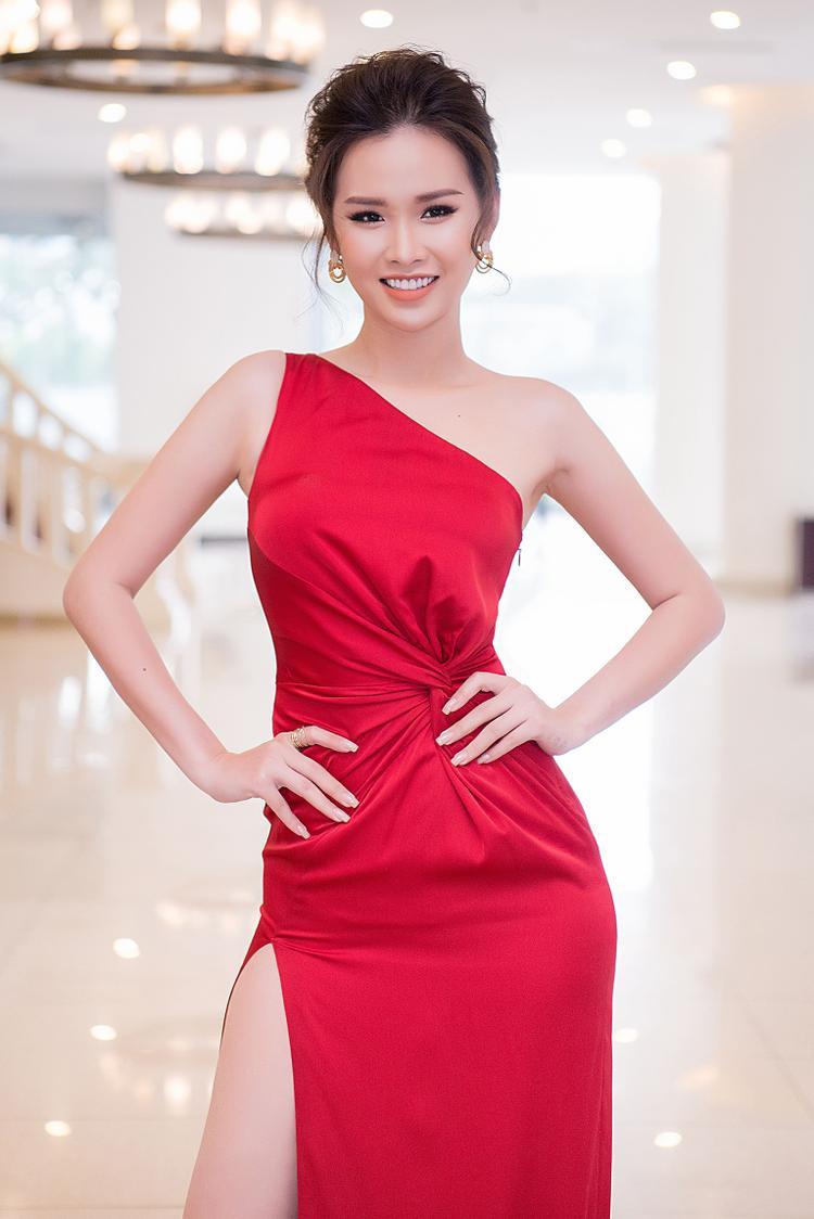 Thanh Trang làm tóc búi cao đánh phồng để lộ bờ vai trần thon thả, điểm thêm chút phụ kiện là đôi hoa tai vàng đính đá không quá phô trương nhưng vừa đủ nổi bật.