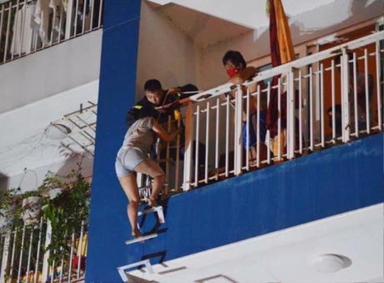 Những người dân chưa thoát thân được đã tìm cách chạy lên phía trên cao. Thậm chí, nhiều người phải nhảy từ trên tòa nhà xuống. Ảnh: VNE.