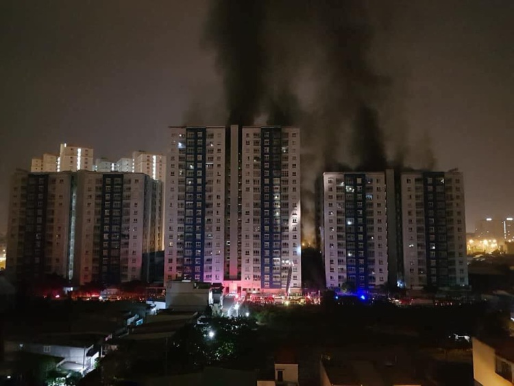 Khoảng 1h30 sáng ngày 23/3, tầng thấp ở chung cư Carina ở số 1648 Võ Văn Kiệt, Q.8 bất ngờ bùng cháy. Ảnh: Tạ Quang Huân.