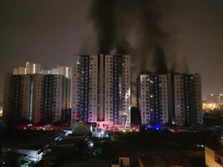 Hiện trường vụ cháy kinh hoàng xảy ra tại chung cư cao cấpCarina.Ảnh Tạ Quang Huân