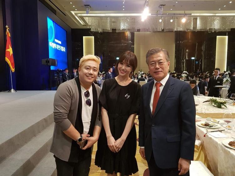 Không chỉ chụp hình, Hari còn bắt tay và được chính tổng thống Moon Jae In gọi tên.