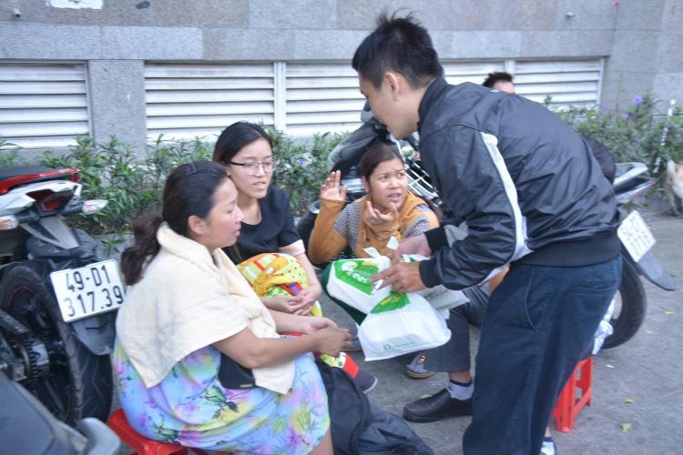 Những suất cơm miễn phí được phát đến tay người dân.