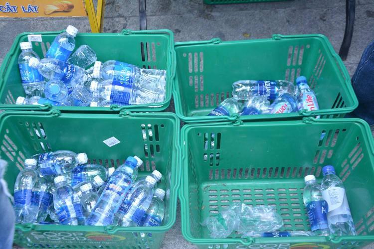 Nước uống được phát miễn phí.