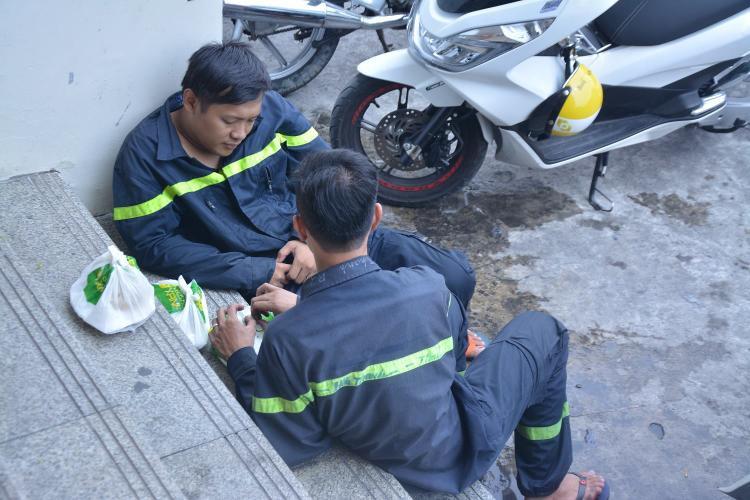 Các chiến sĩ PCCC tranh thủ ăn cơm, trước khi tiếp tục thu dọn.