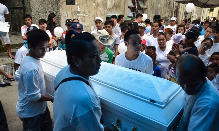 Hơn một năm gần đây, diện tích đất đai ở các khu mộ ngày càng bị thu hẹp. Nguyên nhân là do số người chết tăng lên đáng kể vì cuộc chiến chống ma túy do Tổng thống Duterte phát động. Kể từ tháng 6/2016, hơn 12.000 người đã chết khi lực lượng an ninh Philippines mạnh tay trấn áp tội phạm ma túy. Bên cạnh đó, nhiều vụ bắt bớ còn diễn ra ở các nghĩa trang vì cảnh sát cho rằng, đây là nơi trú ngụ quen thuộc của các đối tượng hút chích.Ảnh: Một đám tang diễn ra ở nghĩa trang Navotas.