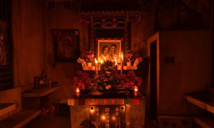 """Bahacan, 57 tuổi, chuyển đến nghĩa trang Manila North vào năm 1992, hiện đang sống trong một khu ổ chuột trên đỉnh mộ của con trai, nói: """"Những người hút chích từng tập trung tới đây nhưng bây giờ thì không. Tuy nhiên, những cuộc càn quét ma túy vẫn xảy ra mỗi ngày vào buổi tối hoặc buổi sáng, khi trời nhá nhem tối. Họ bắn giết những người sống trong nghĩa trang""""."""