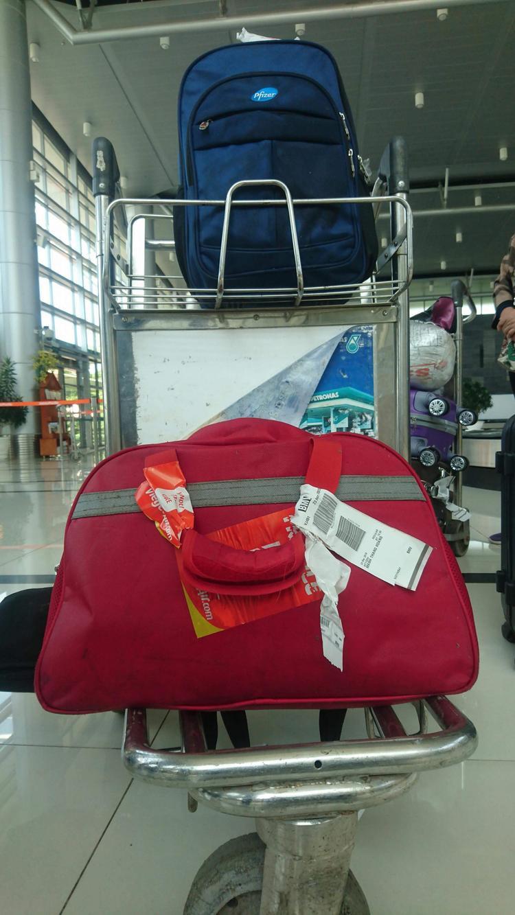 Hành lý của anh Thắng bị ướt nhiều và có mùi mắm.