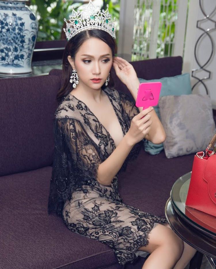 Nói về vấn đề trang phục những ngày sau đăng quang, Hương Giang cho biết cô vẫn tiết kiệm trong việc sắm quần áo, cũng như giày dép. Đó chính là lý do cô thường xuyên tái sử dụng phụ kiện trong những sự kiện gần đây.