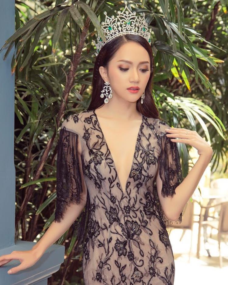 Phần cánh tay được tạo bèo nhún giúp Hương Giang khoe được sự nữ tính, điệu đà.