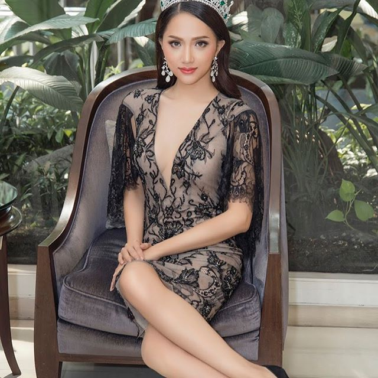 Với chi tiết khoét sâu, Hương Giang để lộ thềm ngực nõn nà khó cưỡng.