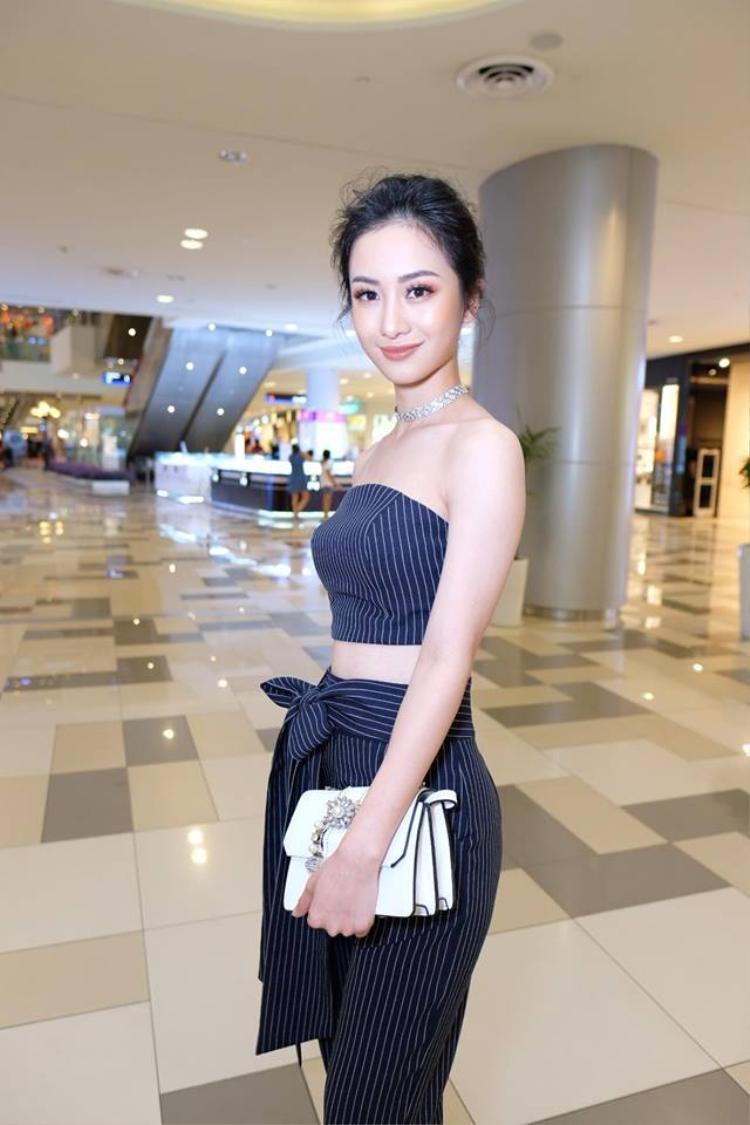 Rõ ràng là chiếc áo crop top cực hợp với Jun Vũ, không chỉ với street style mà cả thời trang sự kiện.