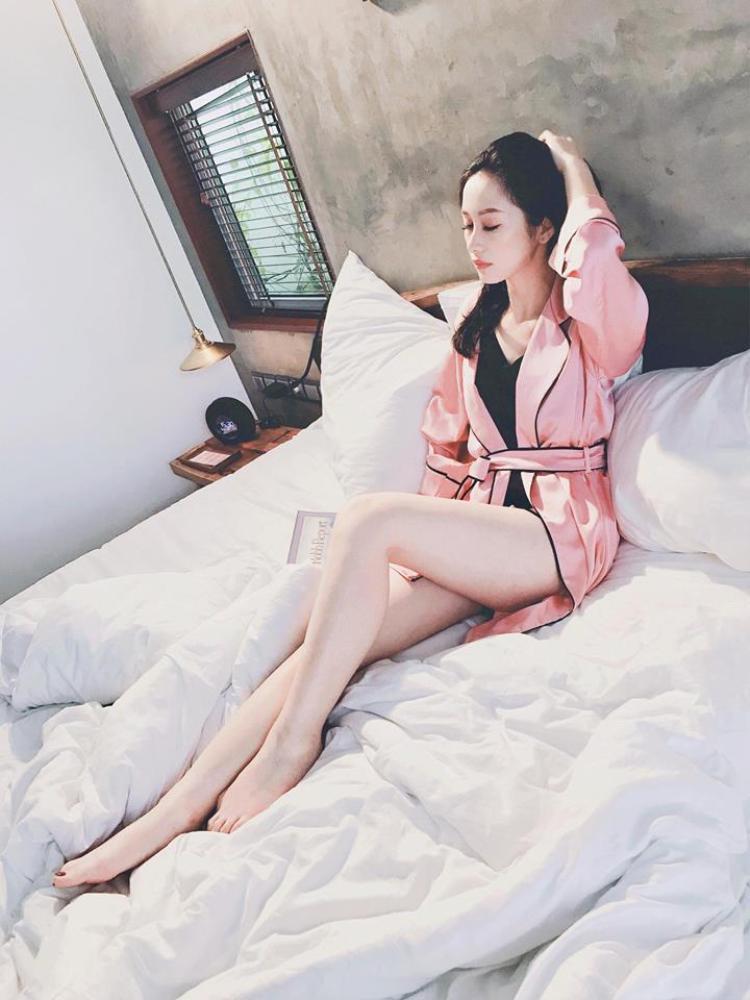 Thời trang đồ ngủ nửa kín nửa hở mới đẹp, đó là bí quyết của Jun Vũ. Không phải cứ diện đồ ngủ là phải phô phang hết cỡ đâu.