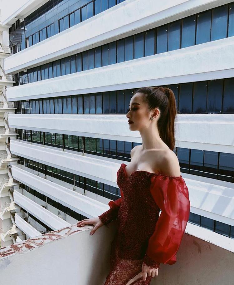 Váy xẻ sâu, cúp ngực chính là bí quyết đầu tiên giúp Jun Vũ xây dựng hình tượng nàng đẹp sexy trong lòng công chúng.