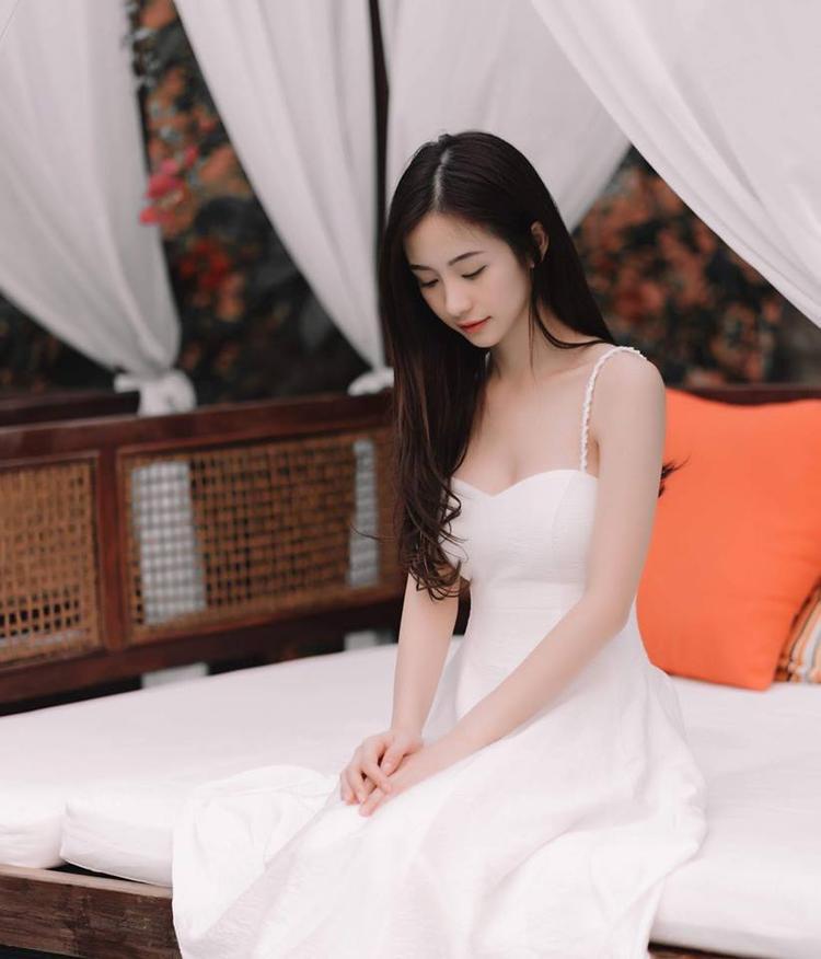 Nhưng vẻ đẹp thướt tha, yểu điệu của cô nàng không hề bị mất đi khi diện những chiếc váy này.