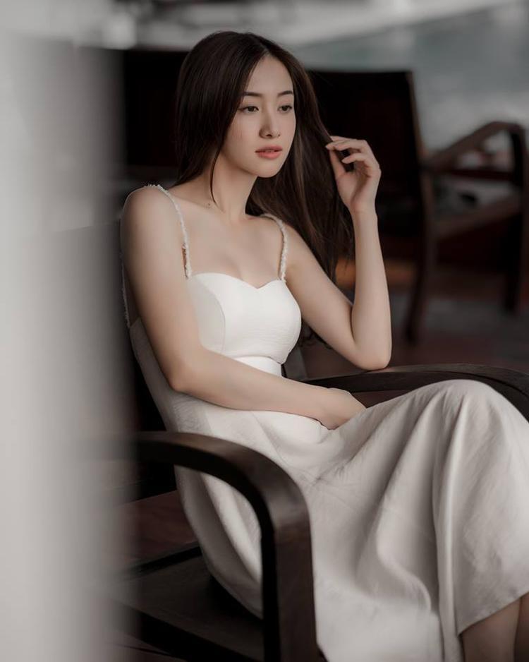 Những chiếc váy Jun Vũ diện đều có điểm chung là cổ xẻ sâu hoặc cúp ngực để lộ vòng 1 nóng bỏng.