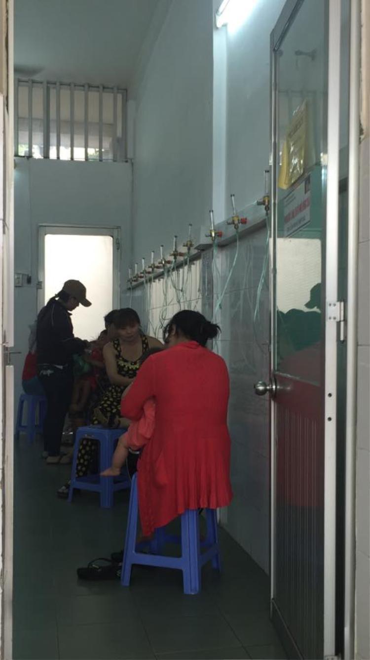 Các bệnh nhi bị ảnh hưởng nhẹ hơn được người nhà chăm sóc tại phòng lưu bệnh nhân.