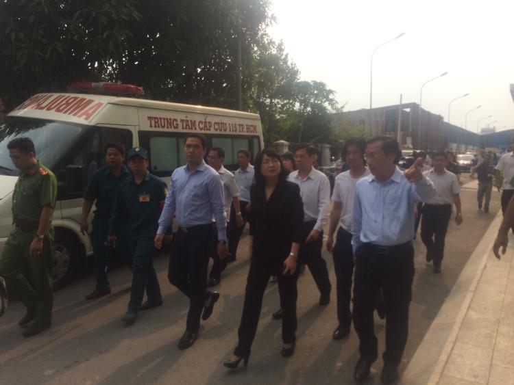 Bà Đặng Thị Ngọc Thịnh, Phó Chủ tịch nước đã tới chung cư Carina Plaza động viên, thăm hỏi người dân sau vụ cháy kinh hoàng.